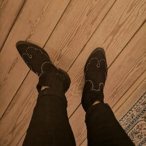 Fantastisk lækre Sorte ruskind støvletter fra Pavement. Smarte detaljer. Købt for små, så kun brugt hjem fra butikken..