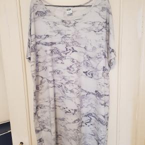 Fed marmormønstret t-shirtkjole. Lille lomme på venstre bryst. Lækker blød kvalitet i 95% bomuld/5% elestan.  Mål Længde: 91cm Bryst: 63cm Hofte: 57cm