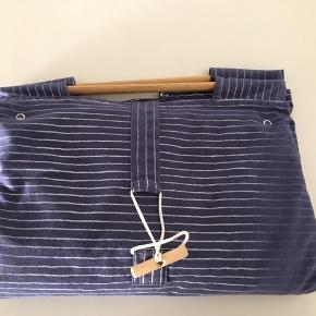 Baby Dan pusletaske. Smart retro pusleunderlag med lommer i siderne til alt det nødvendige, når den klappes sammen er det en taske. Er tilbage fra 1985. Brugt af 4 babyer, alt fungerer.