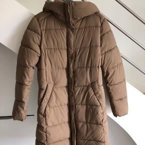 Købte denne flotte jakke i vinters, men har desværre ikke fået den brugt. H&M, rigtig fin kvalitet og ingen brugsmærker :)