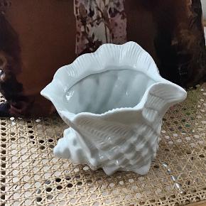 Smuk, dekorativ og stor retro porcelæns konkylie med mange anvendelses muligheder. H 13 cm, L 18 cm og B 17 cm. Den er i fin stand.
