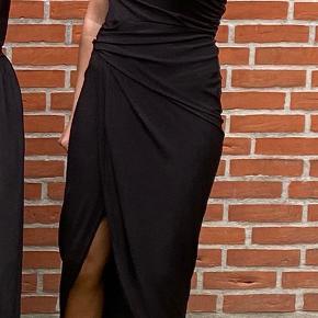 Jeg har brugt den én aften, så kjolen fremstår som ny🤗  Den er simpelthen så fin, når den kommer på. Derudover er den vildt lækker at have på, og der er god stretch i😎