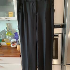"""Klassisk sort buks fra Heartmade med skrålommer foran og snydelommer bagpå. Vidde i ben hele vejen ned. Brugt max 2 gange - har alt for meget tøj då overvejer at sælge disse hvis den rigtige kæber kommer. Se billeder og spørg gerne. Købt hos favoritshoppen """"Lacour Lilholm"""" på Gl. Kongevej i Kbh."""