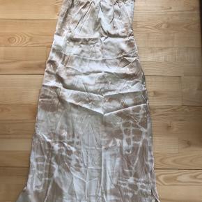 Super fin kjole, har købt den til 900,- her på TS men har aldrig fået den brugt. Kender derfor ikke ny pris.