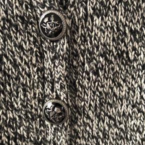 Fed uld strik med palietter på lommer og ærmer. Flotte knapper og dejlig varm.   Kun seriøse bud og bytter ikke, da der mangler plads i klædeskabet. Sender med DAO  cardigan Farve: Se billede Oprindelig købspris: 1200 kr.
