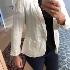 Helt ny blazer, har aldrig fået den i brug, men skilt er taget af.  100 % hør og foer i 100 % acetat  #30dayssellout