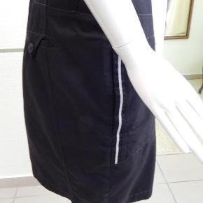 Carla du Nord Nederdel 44, sort klassisk model med lynlås foran, brugt nogle gange, er i meget pæn stand. Liv 96 cm, lgd 54 cm