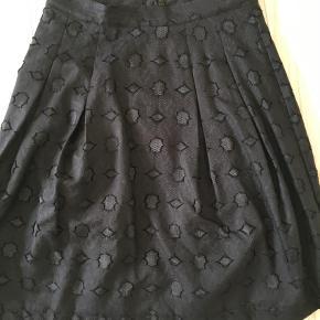 Varetype: A-line Farve: Sort Oprindelig købspris: 970 kr.  Fin nederdel i blonde med skørt, rigtig smuk. Den er sort men svært at tage et vellignende billede. Aldrig brugt.  Se også mine andre annoncer ;)