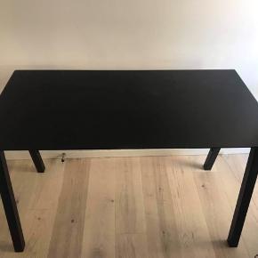 Flot i stand, sort skrivebord. Sort glasplade, som kan tages af. Let at flytte rundt, sælges grundet flytning. Kan afhentes i Århus C.