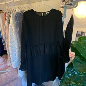 Sort Envii kjole med fryns, som detalje. Skriv for flere billeder ;))