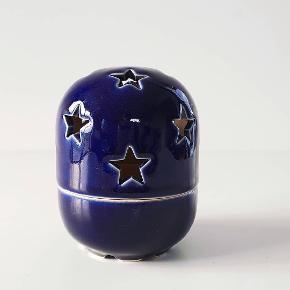 Midnatsblå Ljuslykta i originale æske fra svenske Höganäs. Måler 10x7 cm. I perfekt stand.