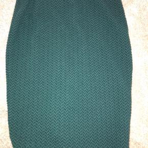 Højttaljede nederdel med slis  Del af sæt. Find anden annonce for billigere pris samlet