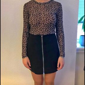 Sælger for veninde: Jeg sælger min mesh-leopard trøje da jeg ikke får den brugt. Den passer en small/medium og er brugt en enkel gang eller to.  Derudover sælger jeg min lynlåsnederdel, som er super fin og passer til en hel masse forskelligt - igen fordi, at jeg simpelthen ikke får den brugt. Brugt få gange  BYD!