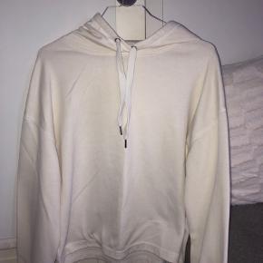 Sælger denne mega fine hvide hoodie i størrelsen xs. Den er så flot, men er desværre aldrig blevet brugt. Byyd. #30dayssellout