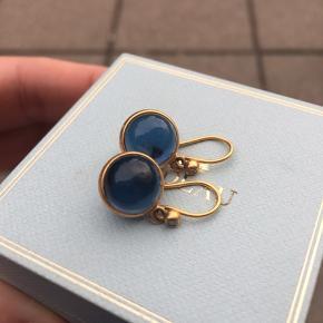 Julie Sandlau Prime øreringe. 22 karat Forgyldt sølv med zirkon og Sapphire Blue sten.  Brugt få gange.  Kommer i original Julie Sandlau gaveæske.  Sender gerne mod Porto.  Handler helst MobilePay.