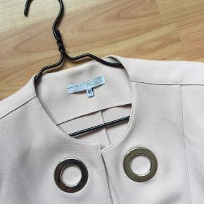 Lækker akserosa farvet jakke , der er stræk i den...men sølv ringe...👍fra Extenzo Paris, er brugt højst 5 gange ....meget pæn stand ...ny pris er 1799 kr