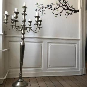 Brand: ? Varetype: Lysestage Størrelse: 160 cm Farve: Metal/sølv Oprindelig købspris: 5000 kr.  Stor lysestage sælges p.g.a flytning