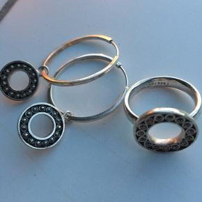 Sælger smukke sølv hoos med sølv vedhæng med smukke macacitter i.  Sælger også matchende ring.  Vedhæng kan jo også sættes over på mindre Hoops eller Hoops kan bruges alene.  Ægte sølv 925 S.   Sælges helst samlet .