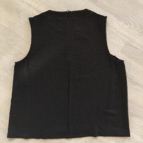 Varetype: top Farve: sort   Toppen har mønstre i sig, så det er ikke bare en enkel bluse. Lynlås bagpå, blusen er nok mere en str. L.