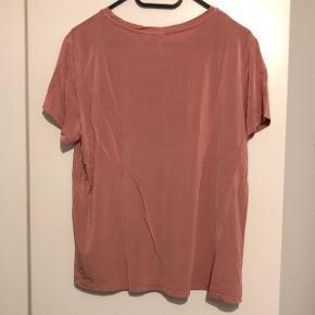 Rosagylden farvet t-shirt fra H&M. Den er lidt skinnende og rigtig flot.  Condition 9/10 Ikke brugt ret meget og fejler ingenting. Ingen brugsspor.  Str. Large.  Sælger for min kæreste pga. oprydning og for lidt brug.  Skal gøre opmærksom på, at mærkesedlerne er klippet ud pga. irritation.  Køber betaler fragt.  Bud modtages og mængderabat gives :-)
