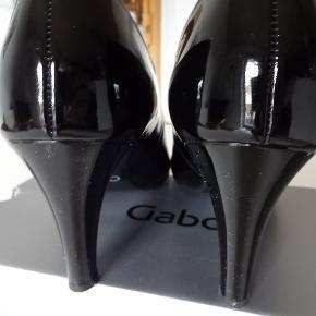 Klassiske, sorte lak-stiletter fra 'GABOR' - i str. 40 Hælhøjde: 7 cm Alt er i skind Originalæske medfølger Ingen brugsspor - kun brugt få gange :-)