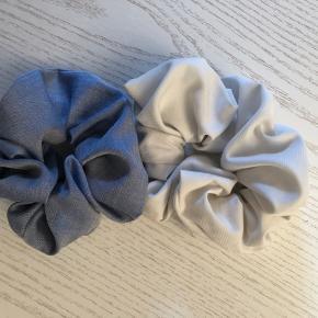Scrunchies i forskellige farver. Flere haves i de viste farver. Aldrig brugt. Kan vaskes ved 40 grader i en vaskepose :)