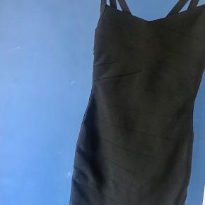Flot bandage kjole fra Envii, passer XS-S, sidder meget flot på kroppen.