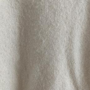 Sweater med pufærmer fra mango i cremehvid En smule fnugget