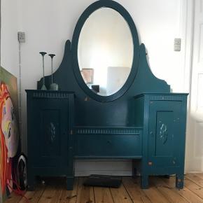 Gammelt fransk soveværelse/entré møbel. Skab i begge sider med blomster ornamenter og flot spejl i midten. Ligeledes stor skuffe i midten. Ca 130 bredt. Skal bæres ned fra 2. sal