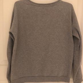 Hej Sælger min Levi's trøje.  Der er et lille hul som ikke engang er på strørrelse med en fem øre.  Er ikke fast på prisen, så bare BYD!