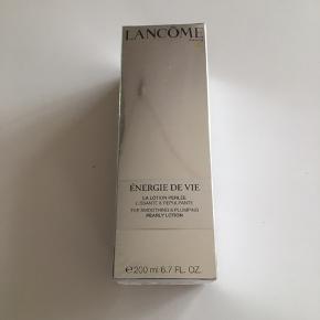200 ml. Energie De Vie Lotion fra Lancôme. Er stadigvæk pakket ind i folie. Prisen er plus fragt.