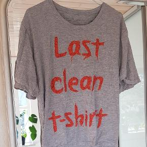 """Sød oversize T-shirt med matte palietter og teksten """" Last clean T-shirt """". Aldrig brugt - købt i Codi Mu i Hornbæk."""