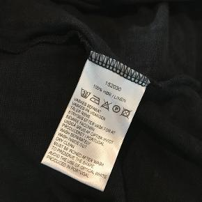 Lækker bluse fra Masai , aldrig brugt . 100 % ren hør . Jeg har to og prisen er per stk . Str hedder L men passer også XL .Måler 58 cm x 2 fra ærmegab til ærmegab 63 cm lang . Bytter ikke Kun en tilbage !!!!!
