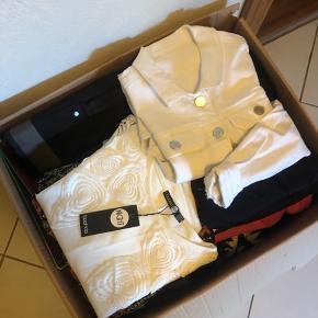 Sælger denne kasse samlet til højeste bud. Heri finder du 1 Denimjakke, 2 bukser, 4 kjoler, 2 cardigans, 2 t-shirts, 2 stilletter, 1 sandal, 2 sko, 1 tykke strømper, 1 halstørklæde, 3 shorts, 1 strik, 1 computertaske, 6 bøger, 1 diddlemappe, 1 telefoni ved t. Iphone 5. 💃🏼 Byd endelig, det sælges grundet pladsmangel🤪 31 items i str. S-M og 38-39