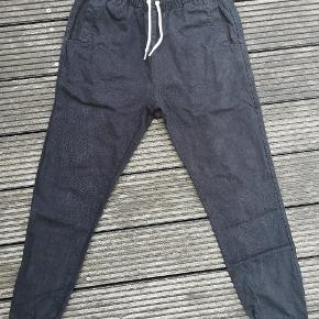 Super comfy Soulland pants. The model is 'Bomholdt', the colour is black and the size is Medium. Original price is 900 Dkk.