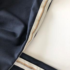 Fede bukser med guld Strib. Brugt ganske få gange.