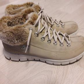 Lækre og komfortable vinterstøvler med foam sål. Brugt få gange. Ser næsten ud som nye.