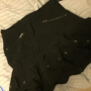 Mega cool nederdel fra h&m.  Sælges da jeg desværre ikke får den brugt - den er brugt maks 2 gange!!   Byd gerne!!   #30dayssellout