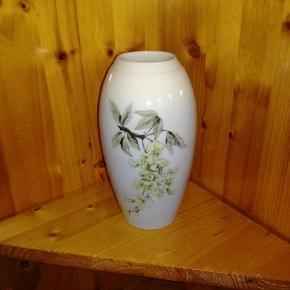 Bing og Grøndahl vase med motiver af blomster,har ingen skår eller andre fejl, en lille fin vase, er ikke blevet brugt