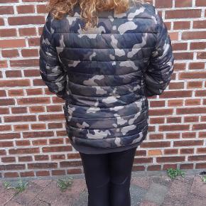 Vatteret Camouflage overgangsjakke, vinterjakke. Brugt få gange. Elastik manchetter. Brystmål: 118 cm. Handler via ts. Sender kun! Men sender hurtigt.