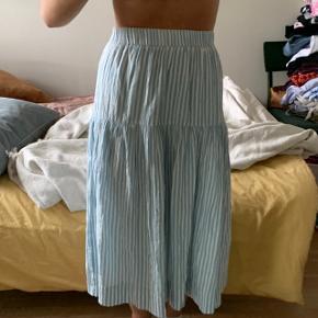 Flot nederdel fra lollys laundry. Med elastik i taljen, så kan sagtens passe andet end xs:)