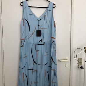 Helt ny lyseblå kjole fra Bruuns Bazaar med mønster. Aldrig brugt, har prismærke endnu. Størrelsen svarer til en L, men kan også bruges mere løst eller med et bælte, hvis man er mindre. Giv et bud!   Alle ting er fra et røgfrit og dyrefrit hjem, og der gives mængderabat!