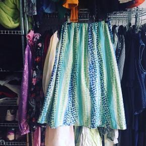 Retro nederdel med elastik i taljen, så den passes af både small til large ☀️