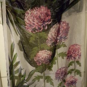 Stort tørklæde i lækkert blødt materiale. Købt i USA, aldrig brugt.