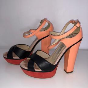 Mega fede sandaler i flotte farver!  Hæl: 13 cm  Plateau: 4 cm