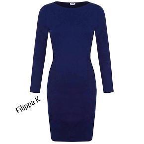 Skøn kjole i moderigtig coboltblå farve  Bryst 96 cm men kan strækkes  Talje 80 cm  Længde 97 cm  70% viscose, 25% polyamid og 5% elasthan Brugt 1 gang