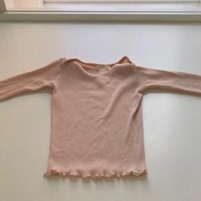 Virkeligt fin langærmet t-shirt fra Minimalisma, str hedder 2-3 år. Kun brugt få gange.