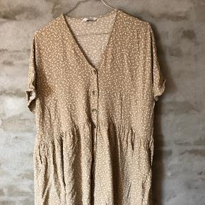 Rigtig fin, kort kjole. Har brugt og vasket den få gange. Både pæn som kort sommerkjole eller udover jeans i efteråret.