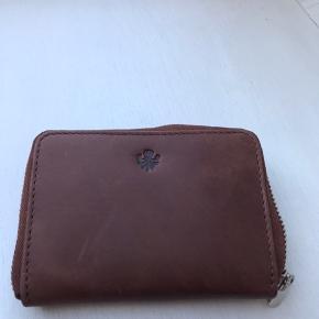 Helt ny lille pung fra Aura (Markberg) som desværre aldrig er taget i brug.   Cognac farvet og i det lækreste skind