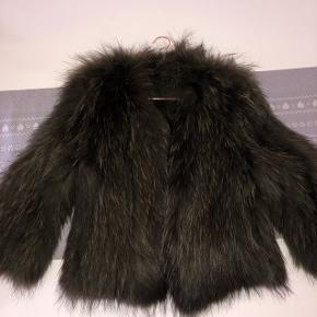 Lækker army farvet pels jakke sælges for 1500 kr Ny pris 3000 kr  Flere billeder kan sendes :-)